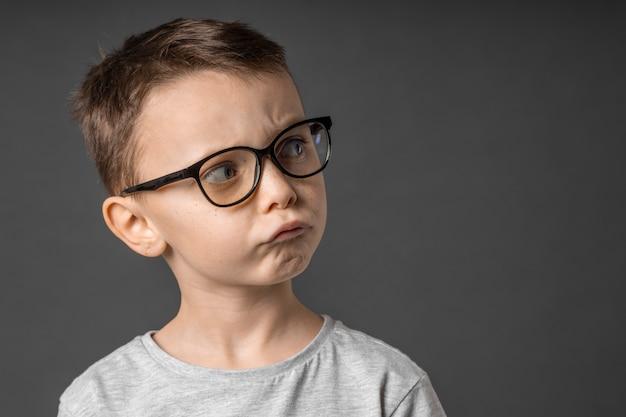 Kind, das in weitwinkellinse auf weißem hintergrund schaut