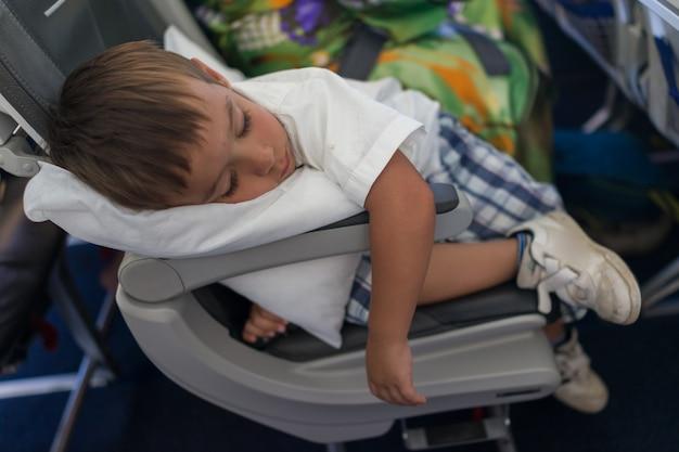 Kind, das innerhalb des flugzeuges während des fluges schläft