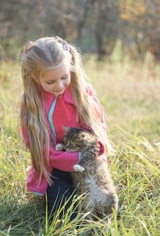 Kind, das kleines kätzchen hält