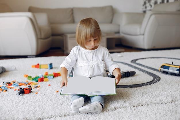 Kind, das mit buch in einem spielzimmer spielt