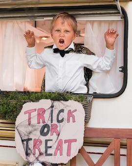Kind, das mit halloween-zeichen gruselig ist