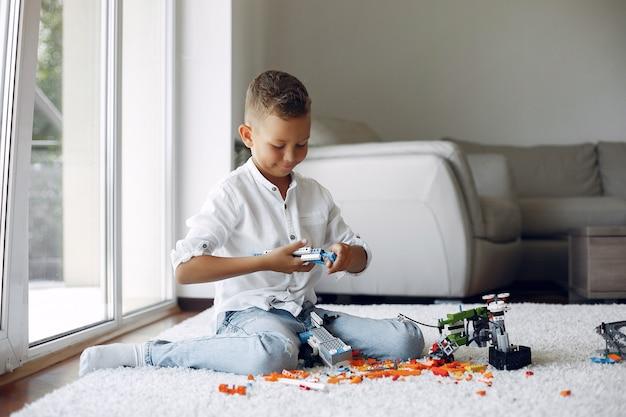 Kind, das mit lego in einem spielzimmer spielt