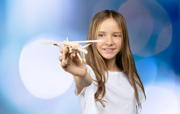 Kind, das mit spielzeugflugzeug spielt