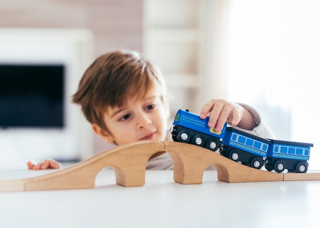 Kind, das mit spielzeugzug spielt