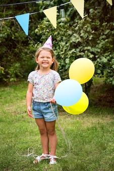 Kind, das party im hinterhof genießt