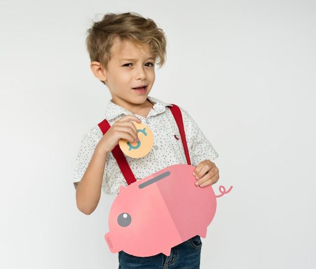 Kind, das piggybank hält, geld zu sparen