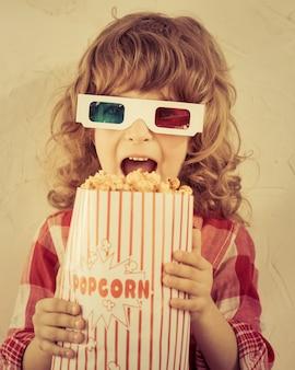 Kind, das popcorn in den händen hält kinokonzept. retro-stil