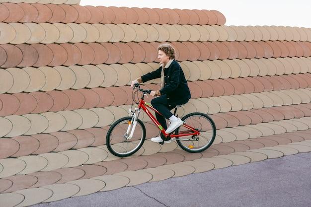 Kind, das spaß mit dem fahrrad draußen hat