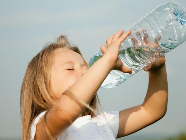 Kind, das tafelwasser trinkt