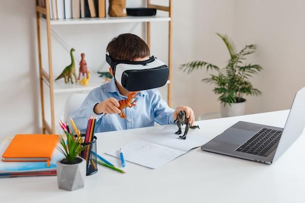 Kind, das über vr-brille nach virtual-reality-dinosauriern schaut kind spielt 3d-videospiel zu hause