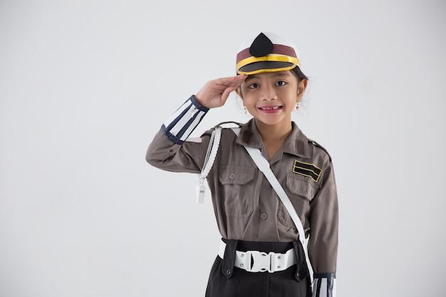 Kind, das vorgibt, polizist zu sein