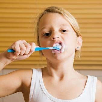 Kind, das zähne putzt