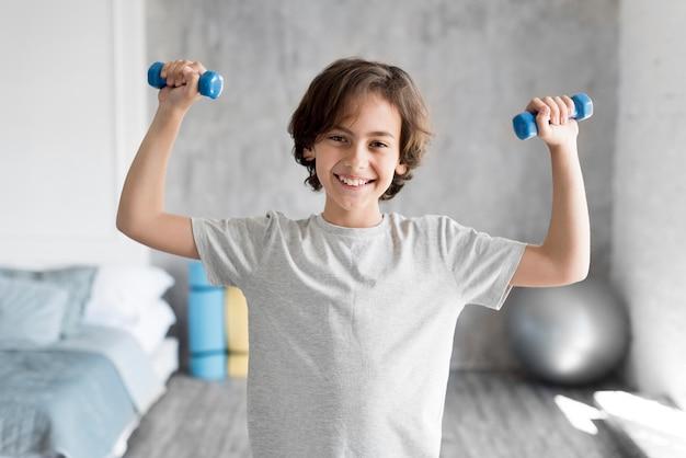 Kind, das zu hause sport treibt