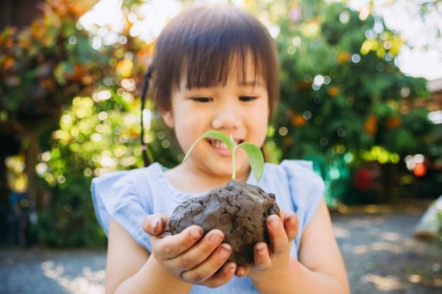 Kind einen baum für mutter erde tag konzept pflanzen.