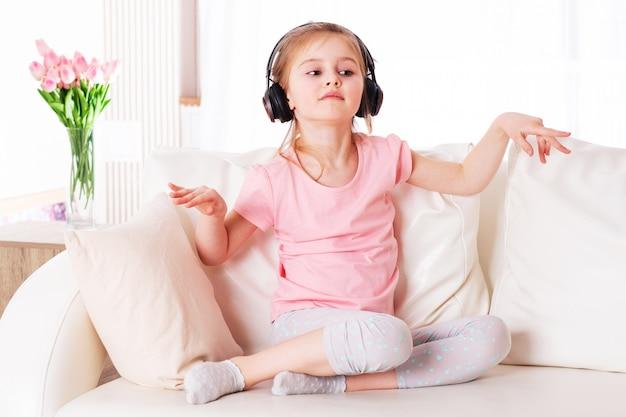 Kind enjpting musik auf der couch