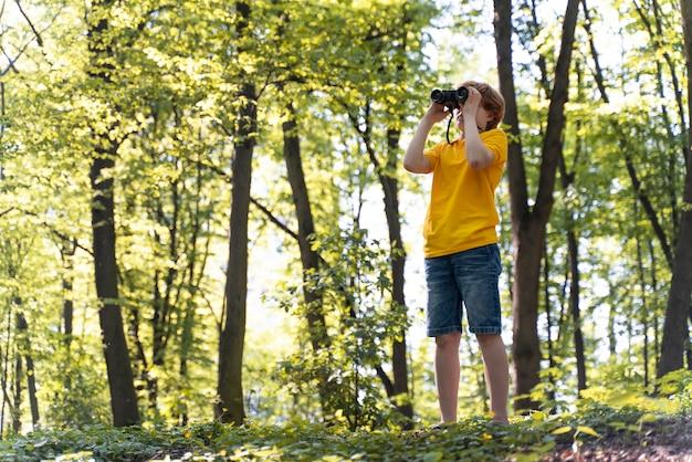 Kind erforscht den wald am umwelttag forest