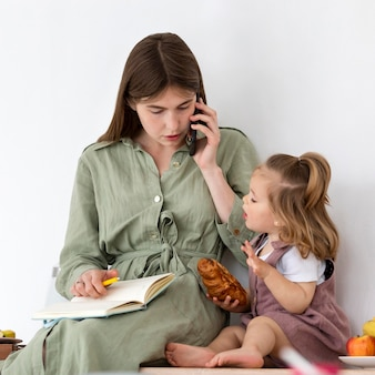 Kind essen mit mutter arbeiten
