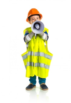 Kind gekleidet wie arbeiter, der durch megaphon schreit