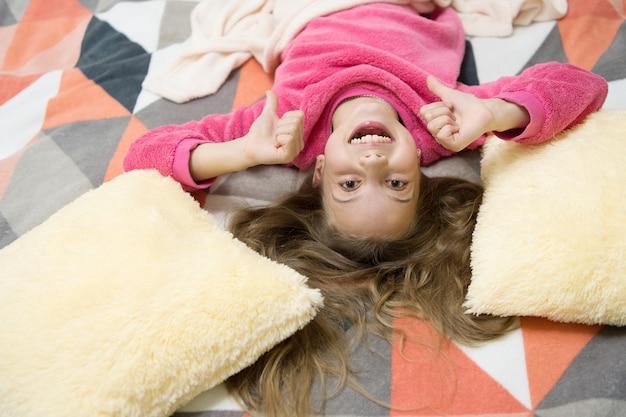 Kind genießen freizeit verspieltes baby entspannende pyjamas und schlafzimmer textil pyjamas und kleidung