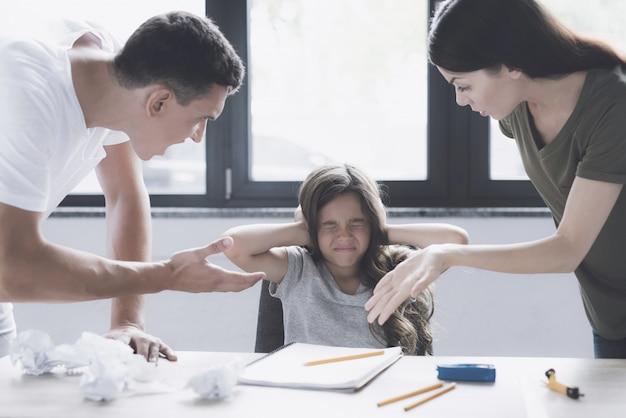 Kind geschlossene ohren, wenn eltern im raum schelten