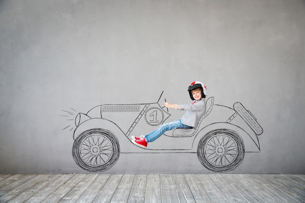 Kind gibt vor, geschäftsmann zu sein. kind, das zu hause spielt. fantasie, idee und erfolgskonzept