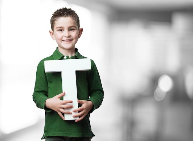 Kind hält den buchstaben