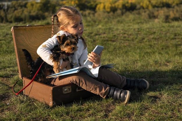 Kind hält ihren hund in ihren armen