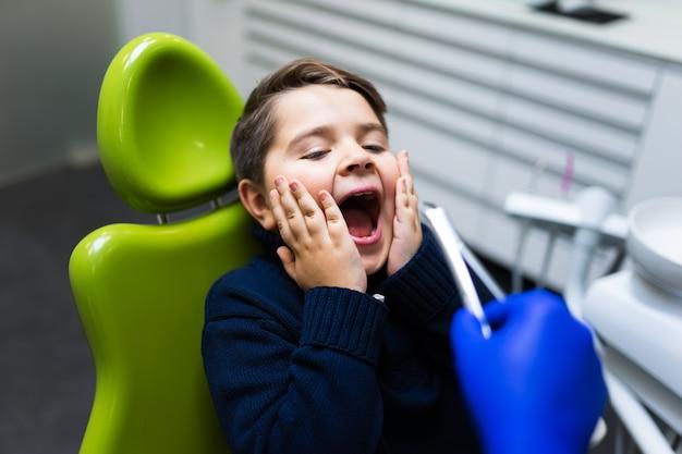 Kind hat angst, zahn zu entfernen. teen weigert sich, zähne zu behandeln