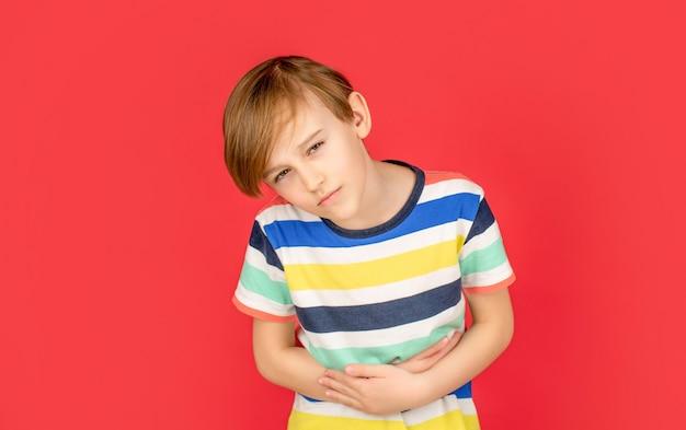 Kind hat magenschmerzen mit lebensmittelvergiftung. kinderhändchenhalten auf dem bauch. magenschmerzen