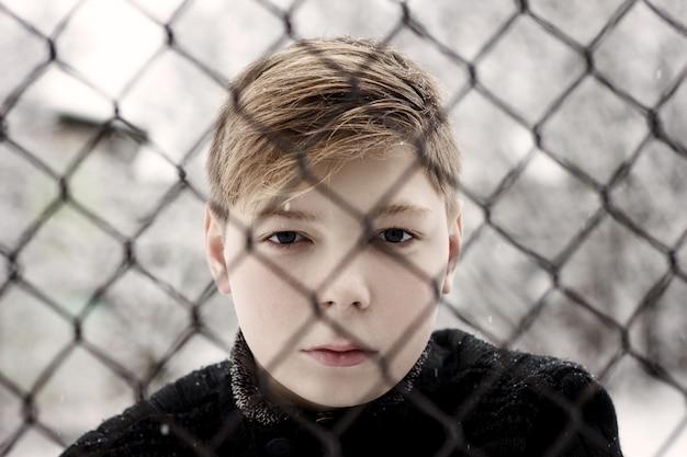 Kind im gefängnis, der einzige teenager, das konzept semeynogo beziehungen und gerechtigkeit