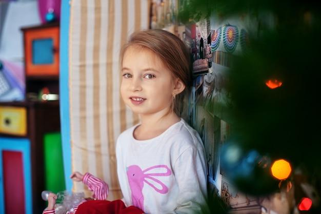 Kind im schlafanzug. weihnachten und neujahr