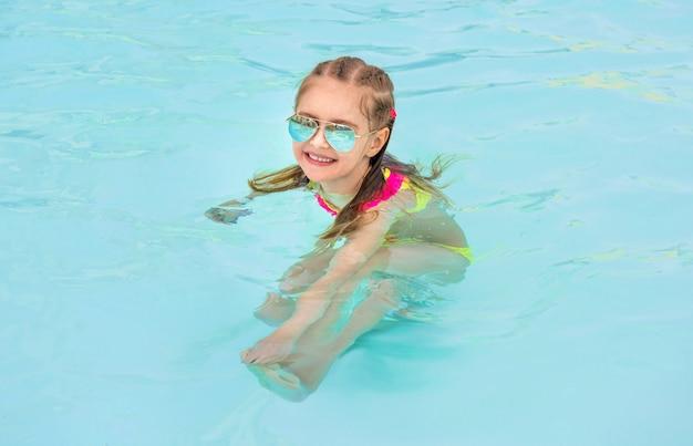 Kind im schwimmbad