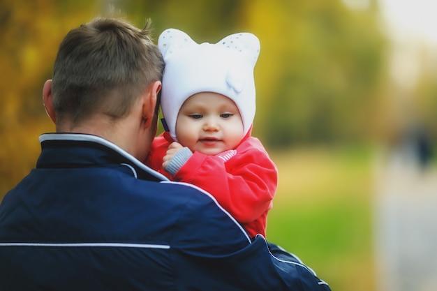 Kind in den armen des vaters des mannes