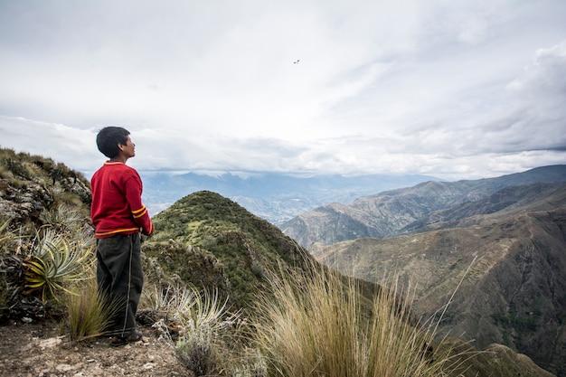 Kind in den bergen