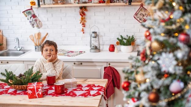 Kind in der küche an heiligabend