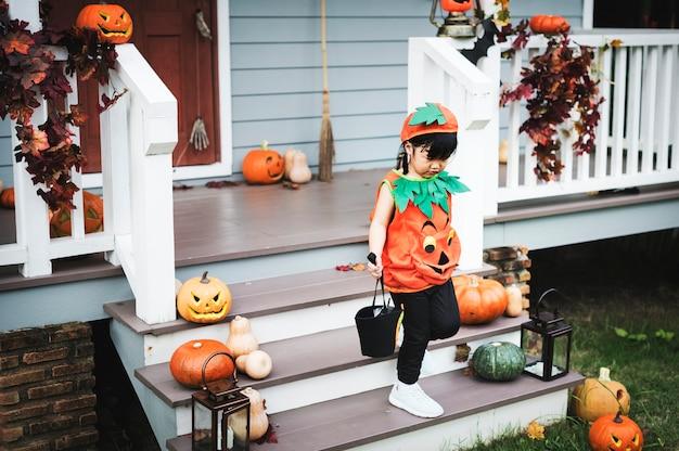 Kind in einem halloween-kostüm