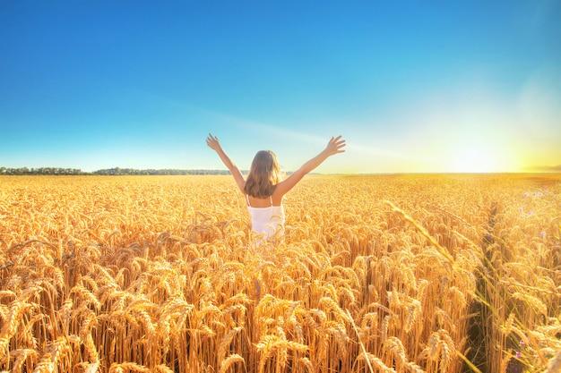 Kind in einem weizenfeld an einem sonnigen tag