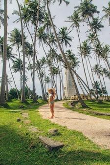Kind in sri lanka auf einer insel mit einem leuchtturm.