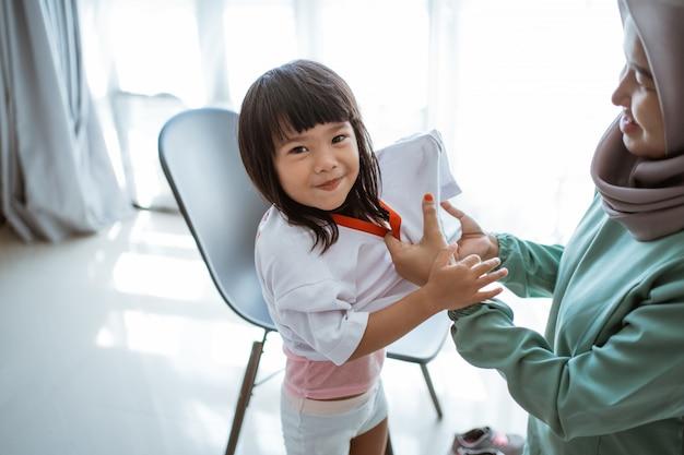 Kind in uniform vor dem schulbesuch