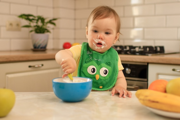 Kind isst am tisch in der küche