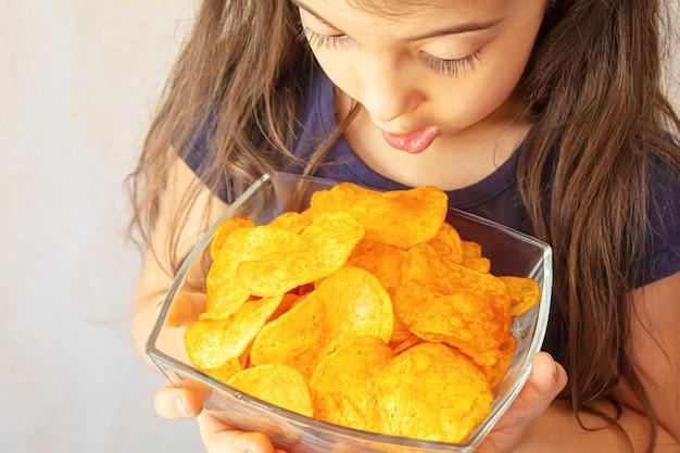 Kind isst chips. selektiver fokusnahrung