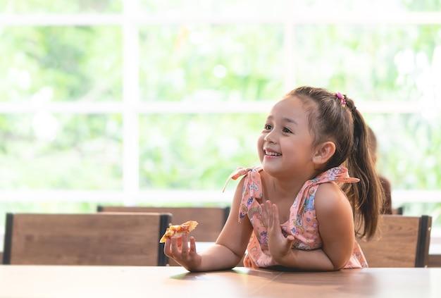 Kind isst lieferpizza im klassenzimmer