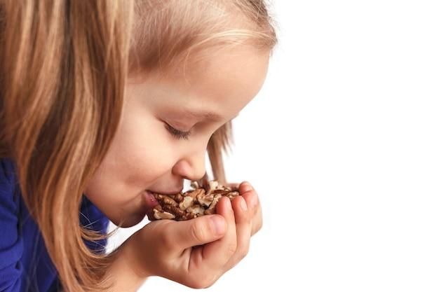 Kind isst nüsse aus den händen