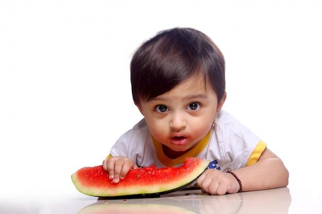 Kind isst wassermelone