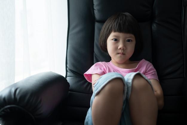 Kind ist wütend, kind verwirrt, trauriges mädchen