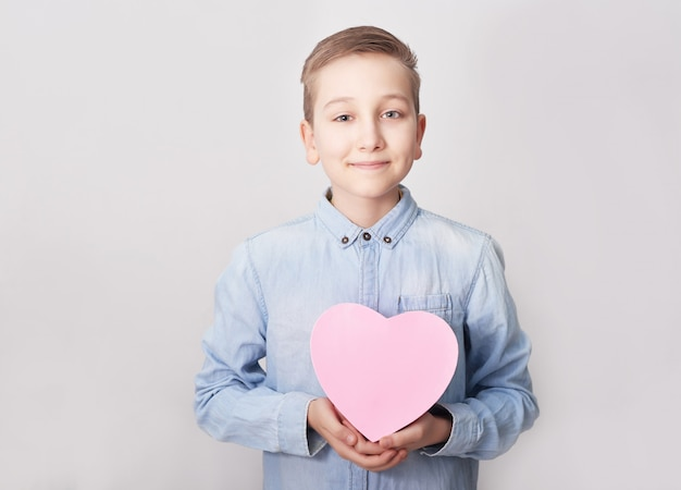 Kind junge mit geschenkbox. muttertag.