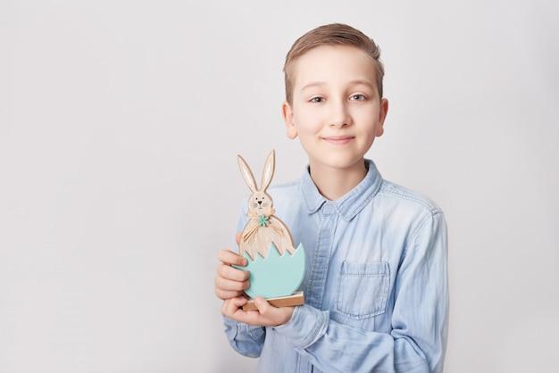 Kind junge mit osterhase. junge mit kaninchen. osterhase kaninchen ..
