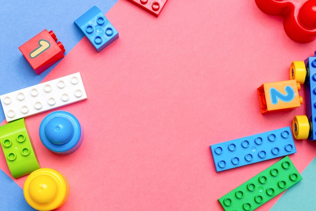 Kind kinder bildung spielzeug muster bunt rosa mit kopie raum. kindheitskinder-babykonzept