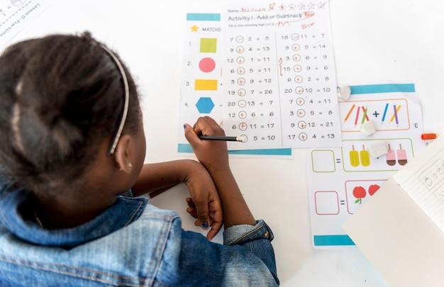 Kind konzentriert sich mit mathematik hausaufgaben lernen