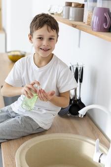 Kind lächelt und wäscht seine hände
